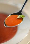 Zoutarm voorgerecht: Tomatencrèmesoep. Dompel de tomaten in kokend water en ontvel ze. Maak de knoflook en ui schoon en snijdt deze in kleine stukken.