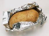 Zoutarm hoofdgerecht: Gepofte aardappel met paprika-maïs. Kook de aardappels in de schil ongeveer 5 minuten. Verwarm de oven voor op 200°C. Pel en snipper de knoflook en meng de knoflook.