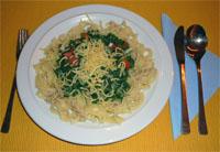 Zoutarm voorgerecht: Pasta met spinaziesaus. Snijd de kipfilet in kleine stukjes en bak deze in een pan met de boter.