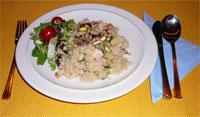 Zoutarm hoofdgerecht: Couscous met kip en dadels. Pel en snipper de uien. Maak de courgettes schoon en snijd ze in dunne plakjes.
