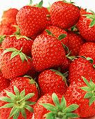 Zoutarm nagerecht: Gemarineerde aardbeien. Was de aardbeien, verwijder de kroontjes en snijd de aardbeien doormidden. Boen de limoen schoon onder de warme kraan.