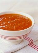 Zoutarm voorgerecht: Paprikasoep. Snijd de paprika's in stukken en haal de zaadlijsten eruit. Pers de knoflook uit.