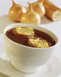 Zoutarm voorgerecht: Uiensoep. Smelt de boter en fruit de fijngesneden uien in de hete boter totdat ze goudbruin zijn.