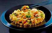 Zoutarm hoofdgerecht: Nasi goreng. Snijd het vlees in kleine stukjes en bak deze in de hete boter in een koekenpan rondom bruin.