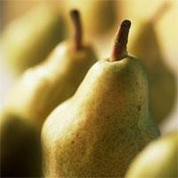 Zoutarm nagerecht: Kokostaart met peren. Verwarm de oven voor op 210°C. Schil de peren en snijd ze in schijfjes. Neem een cakevorm (18 cm) en leg er bakpapier in.