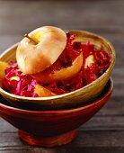 Zoutarm hoofdgerecht: Rode kool met appel. Snijd de kool in dunne repen en de appel in kleine partjes. Smelt de boter in de pan en smoor de kool en appel hierin.
