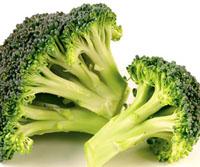 Zoutarm voorgerecht: Roerbakschotel met broccoli, maïs en cashewnoten. Laat de broccoli vijf minuten koken. Laat de olie in de pan heet worden en bak hierin de kastanjechampignons, de maïskolfjes en de knoflook ongeveer vier minuten.