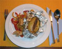 Zoutarm hoofdgerecht: Jacked potato. Verwarm de oven voor op 175 °C (hetelucht op 160°C). Schrob de aardappelen goed schoon en prik in de schil een paar gaatjes met een satéprikker.