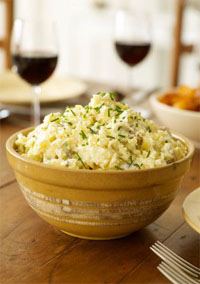 Zoutarm hoofdgerecht: Mosterdpuree met een varkenslapje. Kook de aardappelen, met een beetje dieetzout, in een bodempje water met de deksel op de pan in 20 minuten gaar.