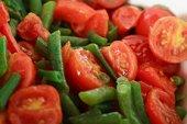 Zoutarm hoofdgerecht: Sperzieboontjes met tomaat. Kook de sperziebonen in ongeveer 15 minuten gaar. Fruit de fijngesneden ui in de hete boter.
