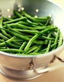 Zoutarm hoofdgerecht: Frisse groentemix. Verwijder de draden van de snijbonen en de sugarsnaps. Breng water aan de kook en voeg de sugarsnaps toe.