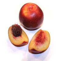 Zoutarm nagerecht: Gevulde nectarines. Meng de chocolade met de amaretti-kruimels en de citroenschil. Klop het eiwit licht en voeg het met de helft van de Amaretto toe aan het mengsel.