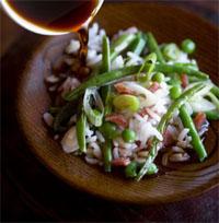 Zoutarm hoofdgerecht: Kip-rijst schotel met sperziebonen. Maak de sperziebonen schoon, maak de champignons schoon en snijd ze in plakjes. Pel en snipper de ui.