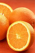 Zoutarm voorgerecht: Gepofte appels. Schil de sinaasappels en grapefruits dik, zodat de schil met het wit verwijderd is. Snijd boven een kom de partjes los en vang het sap op.