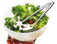 Zoutarm nagerecht: Bonte salade. één uitgeperste knoflookteen en 2 theelepels basilicum met olijfolie, azijn en koriander mengen en laten trekken. Kaas in blokjes snijden en vermengen met het mengsel