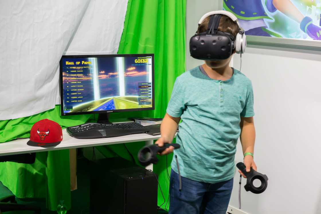 Jongen die gamed met de HTC Vive VR bril