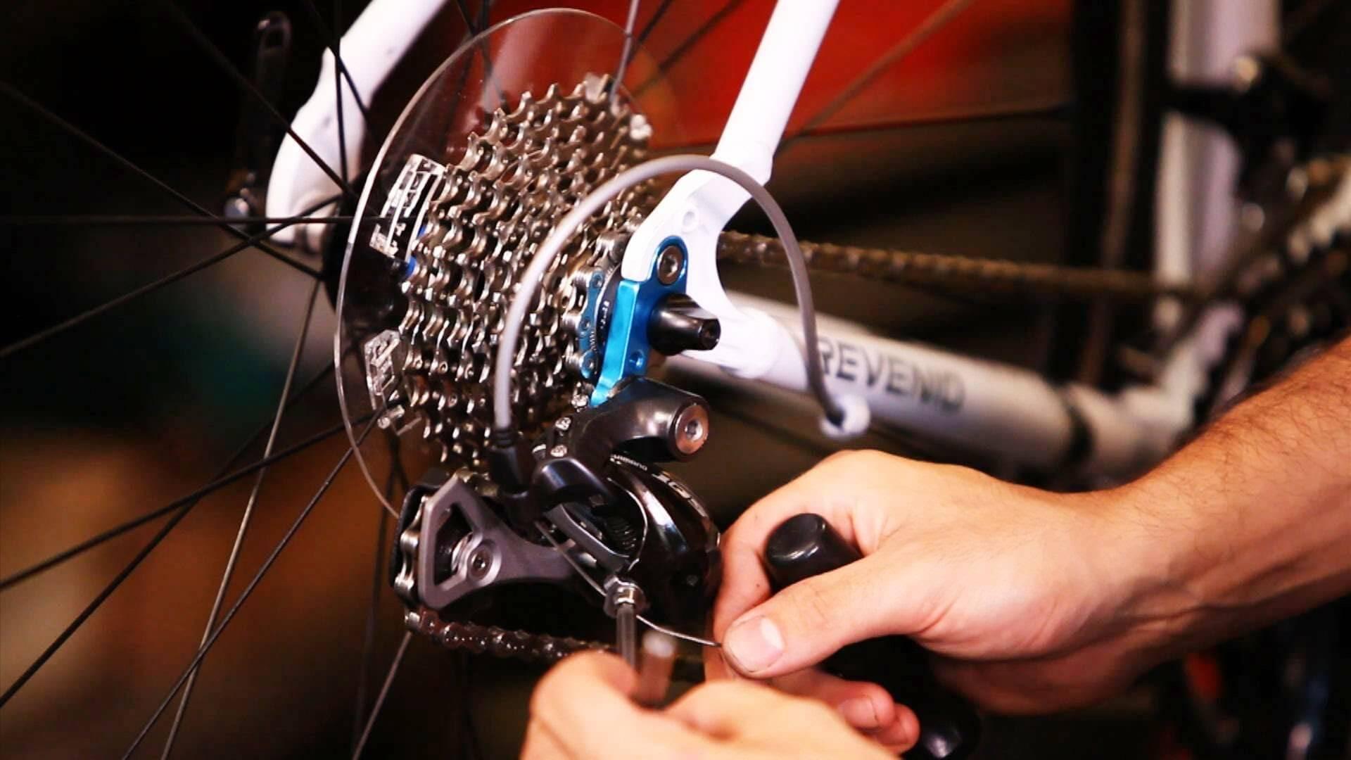 U kunt uw fiets opknappen door de derailleur aan te spannen
